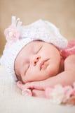 睡觉的新出生的婴孩(在14天岁) 库存图片