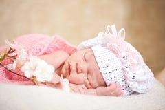 睡觉的新出生的婴孩(在14天岁) 免版税库存图片
