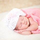 睡觉的新出生的婴孩(在14天岁) 库存照片