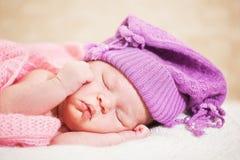 睡觉的新出生的婴孩(在14天岁) 图库摄影