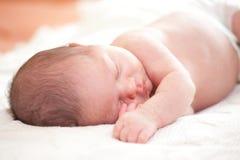 睡觉的新出生的婴孩 免版税库存照片