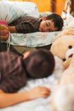 睡觉的男孩 免版税库存图片