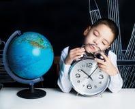睡觉的男小学生 免版税库存图片