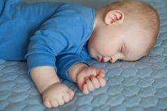 睡觉的婴孩,睡觉的婴儿 免版税库存照片