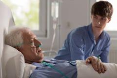 睡觉的年长招待所患者 免版税库存图片