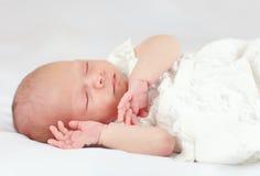 睡觉美丽的女婴,三个星期年纪 库存图片