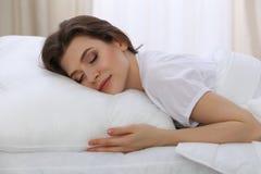 睡觉美丽的少妇,当在她的床上时 宜人和休息复原的概念为活跃生活 图库摄影