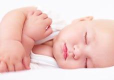 睡觉美丽的婴儿的婴孩,四个月 免版税库存照片