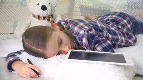睡觉被注重的孩子,当学习,在片剂时的孩子睡着的书写家庭作业 影视素材
