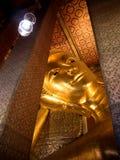 睡觉金黄菩萨雕象在Wat Pho曼谷,泰国 库存照片