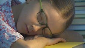 睡觉镜片的孩子,疲乏的眼睛女孩画象,读,孩子学习 免版税库存图片