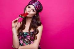 睡觉面具的滑稽的少妇和睡衣,在桃红色背景的甜点 秀丽表面 免版税库存图片