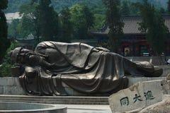 睡觉贤哲雕象在入口的 库存图片