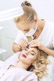 睫毛在美容院的引伸做法 库存图片