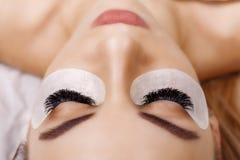睫毛引伸做法 与长的睫毛的妇女眼睛 关闭,选择聚焦 好莱坞,俄国容量 免版税库存照片