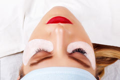 睫毛引伸做法 与长的睫毛的妇女眼睛 鞭子,关闭,选择的焦点 免版税库存照片