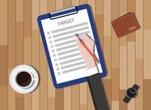 瞄准与剪贴板和咖啡钱包的清单在书桌上 免版税库存照片