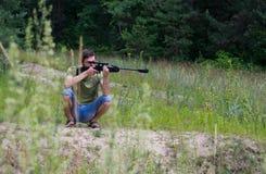 瞄准与气枪的年轻人 库存图片