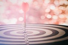 瞄准与目标箭头的箭在bokeh背景和dartb 免版税库存图片