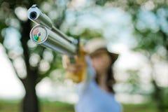 瞄准体育射击者、细节在补偿器和气动测微仪- 10米宣扬手枪 免版税图库摄影