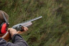 瞄准双向飞碟射击的猎枪 库存照片