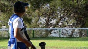 瞄准和射击在冠军长柄水杓的射击者人步枪体育每晴天 股票录像