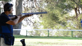 瞄准和射击步枪的射击者 影视素材