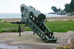 瞄准在密歇根湖的军用大炮 免版税图库摄影