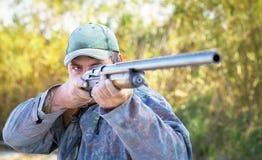 瞄准在目标的猎人 免版税库存图片