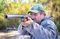 瞄准在目标的猎人 免版税库存照片