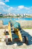 瞄准市哈瓦那的老殖民地西班牙大炮 库存图片