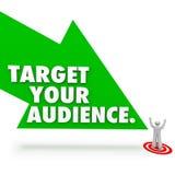 瞄准您的指向顾客远景的观众词箭头 免版税库存图片