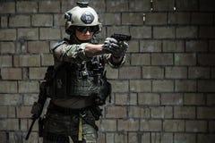 瞄准手枪的美国陆军别动队员 免版税库存照片