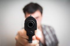 瞄准枪的疯狂的年轻人您 免版税库存图片