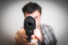 瞄准枪的疯狂的年轻人您 免版税图库摄影