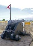 瞄准海的老大炮 免版税库存图片