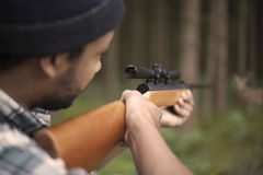 瞄准牺牲者的人种间猎人 图库摄影