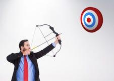 瞄准目标板的商人反对白色背景 免版税图库摄影