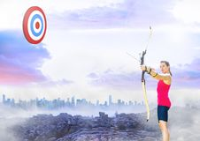 瞄准目标板的运动员反对都市风景在背景中 库存照片