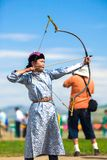 瞄准箭头的Naadam节日女性射箭妇女 免版税库存照片