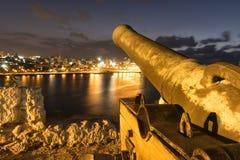 瞄准从一个历史的堡垒的老古铜色大炮哈瓦那旧城 库存图片