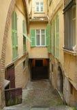 瞎的街道和老大厦在法国 免版税库存图片
