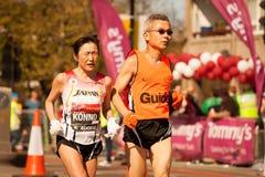 瞎的马拉松运动员 免版税库存图片