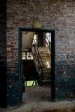 瞥见入楼梯间通过门户开放主义-被放弃的玻璃工厂 库存照片