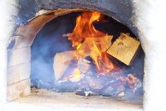 瞥见在薄饼前的柴火烤箱进来  免版税库存照片
