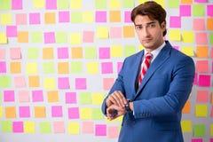 矛盾的优先权概念的年轻帅哥 免版税图库摄影