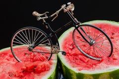 矛盾 在上面裁减西瓜的葡萄酒自行车 库存照片