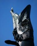 矛雕塑Laulupuut的头在赫尔辛基音乐中心和海鸥前面的 免版税库存照片