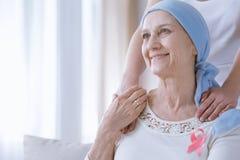 知名度癌症丝带妇女 免版税库存图片
