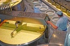 知名的瑞士格里尔干奶酪的生产 库存图片